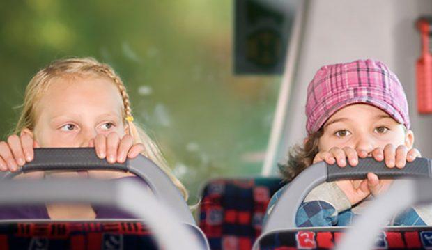 Kinder fahren im Bus